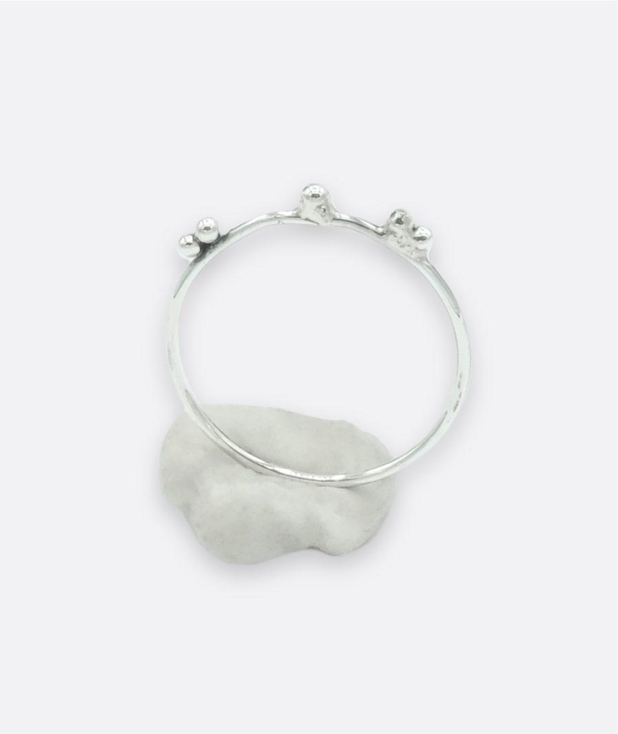 anillo de plata, estilo minimalista. un fino aro con un nudo. acabado envejecido. joyería de autor. carla alfaia
