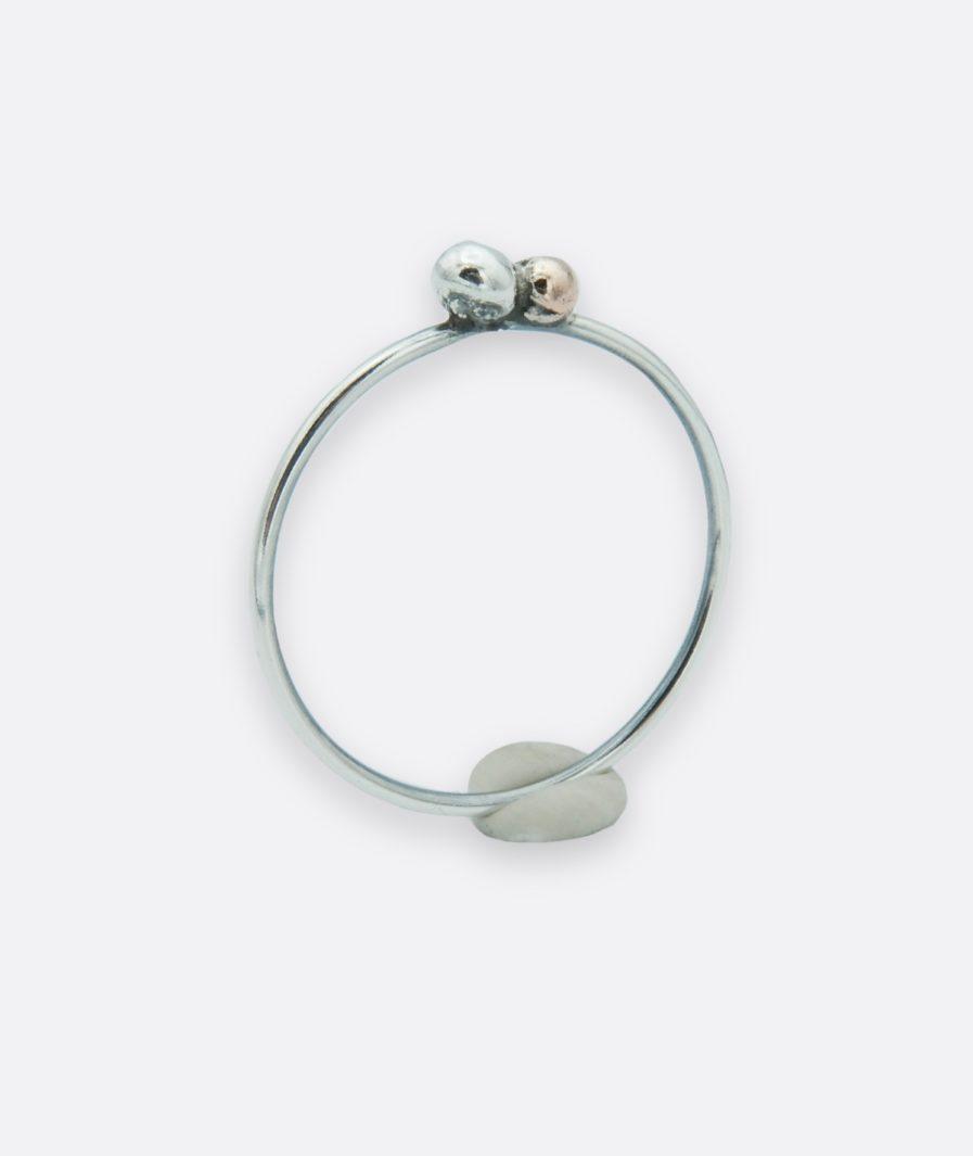 anillo minimalista con bola de plata y bola de cobre. joyas de autor hecha a mano.