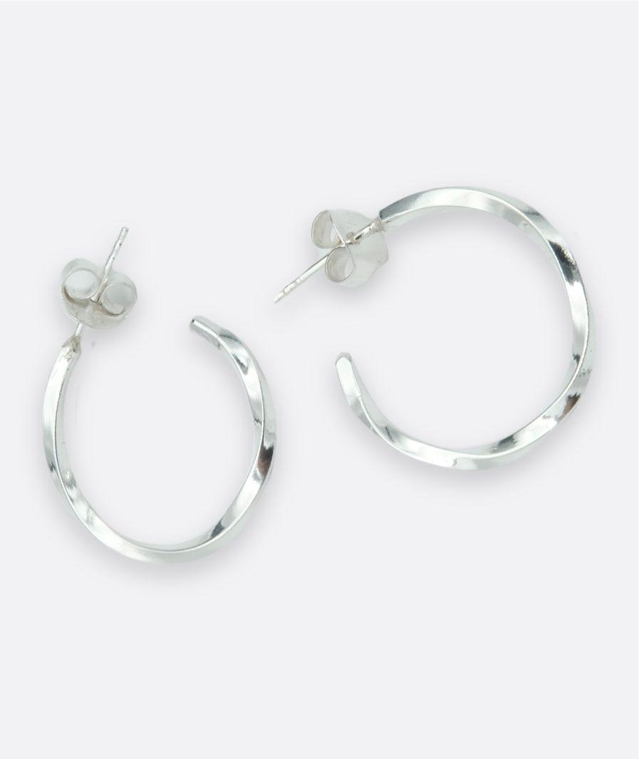 aros de plata realizados a mano, hilo cuadrado torcido sobre si mismo. cierre a presión. joyería artesanal.