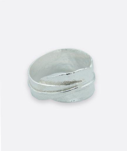 anillo con forma de hoja de olivo, realizado en plata de forma artesanal. carla alfaia