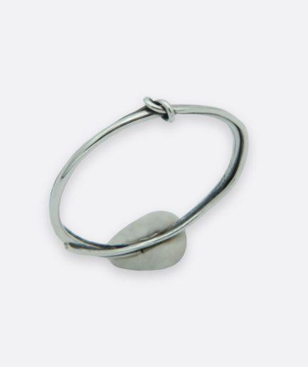 anillo inspirado en la leyenda del hilo rojo, hecho a mano, anillo minimalista. carla alfaia