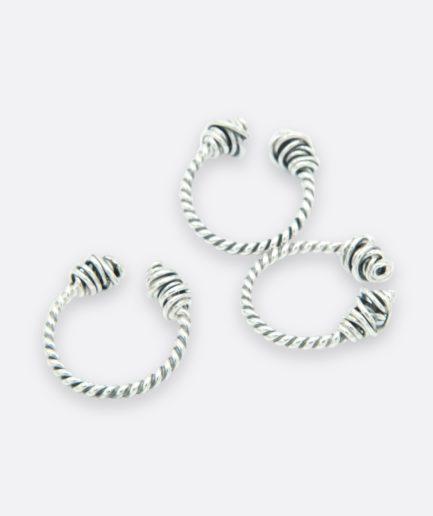anillo terminado en dos nudos. abertura superior. anillo torque.