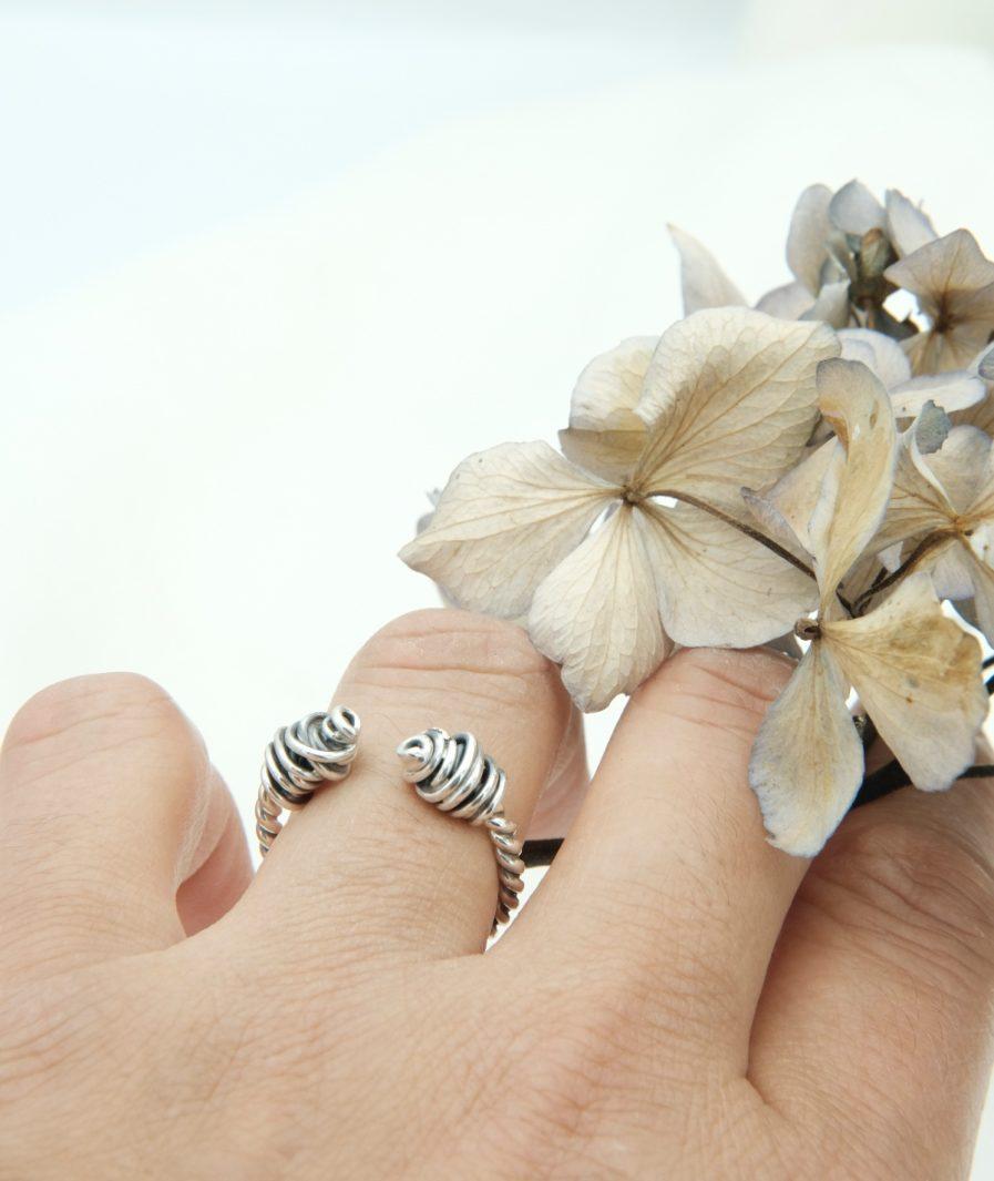 anillo torque nudos puesto en mano. pieza única hecha artesanalmente