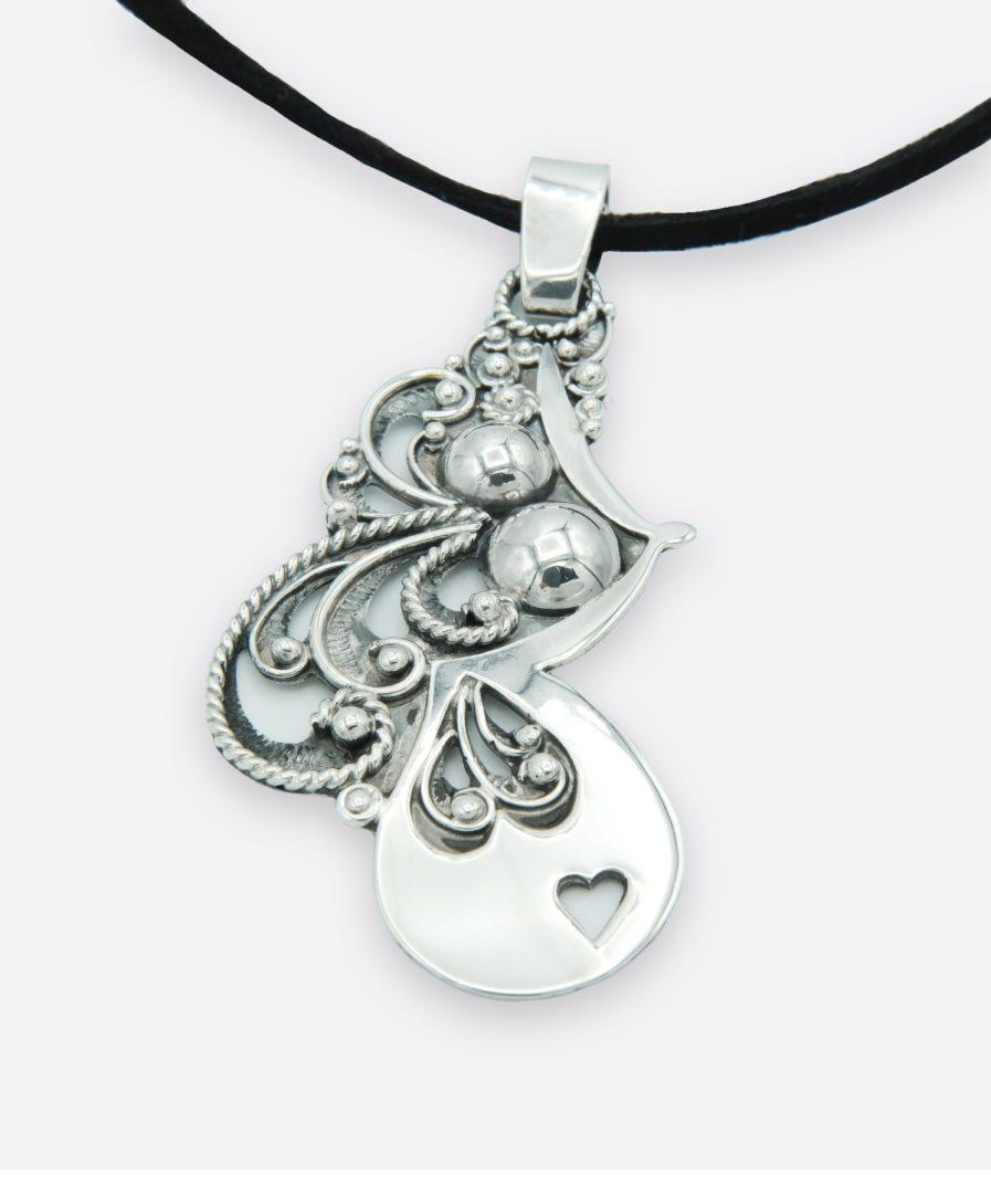 colgante maternidad, dije de plata inspirado en la maternidad. Representa a la madre, al feto y a la lactancia materna. realizado en plata de ley de forma artesanal.