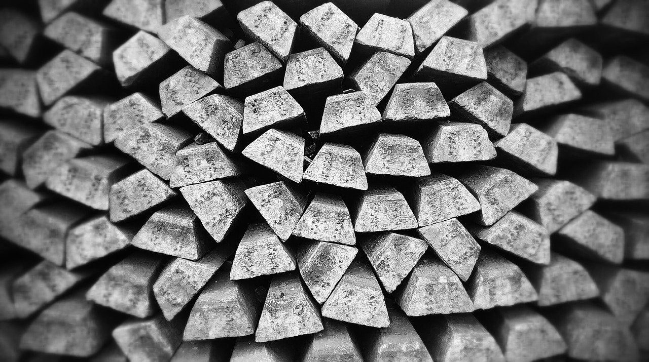 lingotes de metal acumumalos. prácticas no sotenibles de la joyeria
