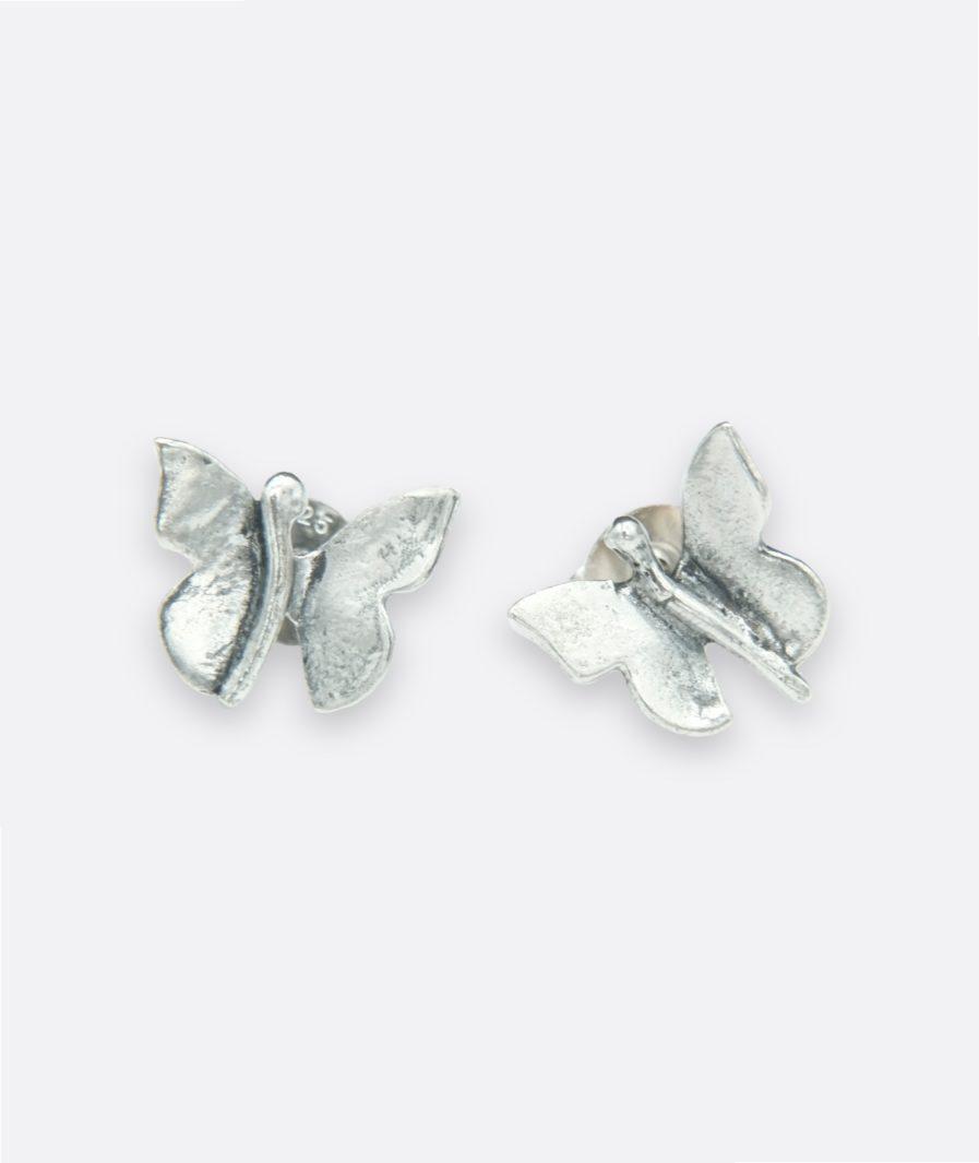 pendientes en plata de ley con forma de pequeñas mariposas. Debido a que son piezas artesanales cada mariposa es diferente y única.