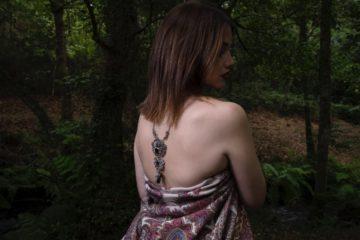 mujer de espalda desnuda luciendo un sapo de gran porte. joya realizada en plata de primera ley y azabache asturianos totalmente a mano. fotografía de Diana Fajardo. Pieza de joyería hecha por Carla Alfaia