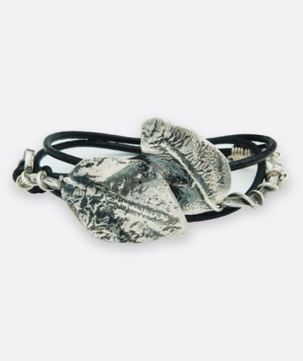 pulsera con dos hojas de laurel realizadas en plata. el laurel es el simbolo protector y de gran importancia de muchas civilizaciones. realizada a mano en plata de ley. joya única de autor.