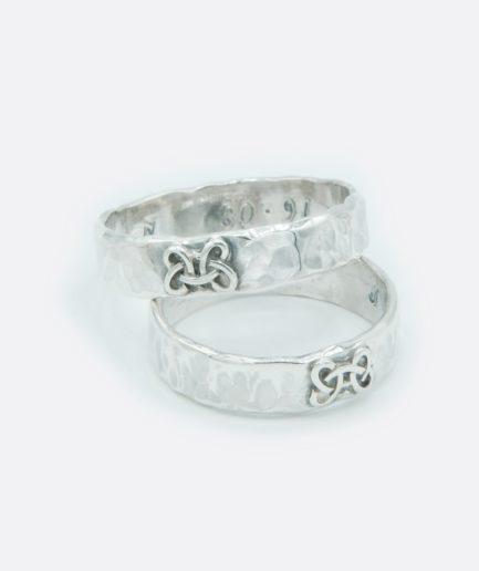 alianza artesanal en plata de ley con detalle de nudo celta. alianzas únicas.