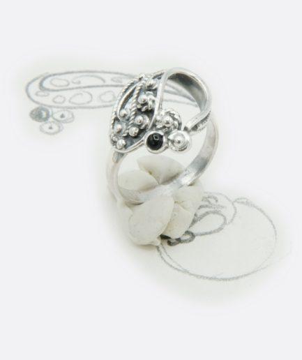 anillo en plata y azabache, filigrana trabajada a mano. anillo realizado por encargo. joya personalizada