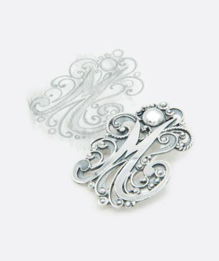 broche colgante en plata, inicial realizado a mano, joyas personalizadas por encargo