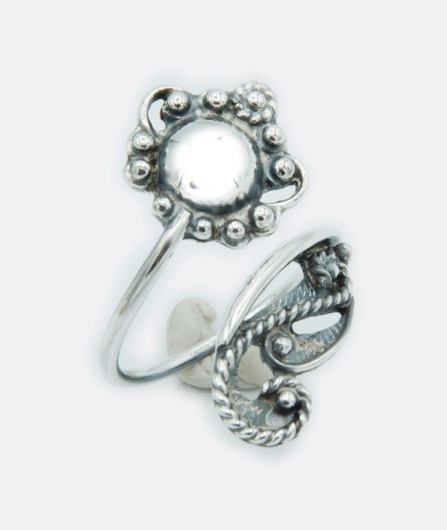 Anillo de plata realizado con filigrana compostelana o gallega y con una esfera de plata